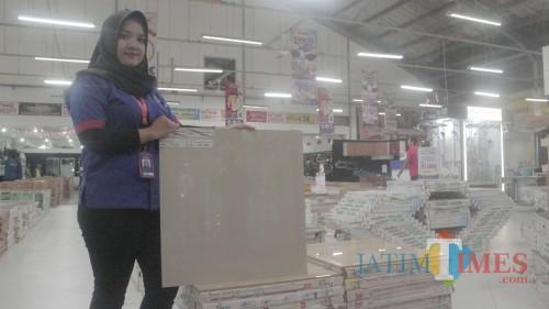 Promo Merdeka Sale di Graha Bangunan sajikan diskon, bonus, dan potongan harga.(Foto : Aunur Rofiq/BlitarTIMES)
