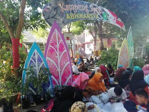 Keseruan  para siswa MTsN 6 Kepanjen bersama wali muridnya dalam acara batik masal dalam merayakan HUT Kr-74 Kemerdekaan Indonesia. (Nana)