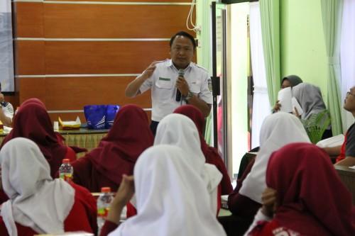 Manajer Humas PT KAI Daop 8 Surabaya, Suprapto tengah memberi materi pada siswa-siswi SMK Kota Malang terkait kewaspadaan di perlintasan kereta. (Foto: PT KAI for MalangTIMES)