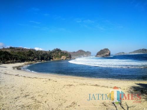 Pesona keindahan Pantai Peh Pulo.(Foto : Malik Naharul/BlitarTIMES)