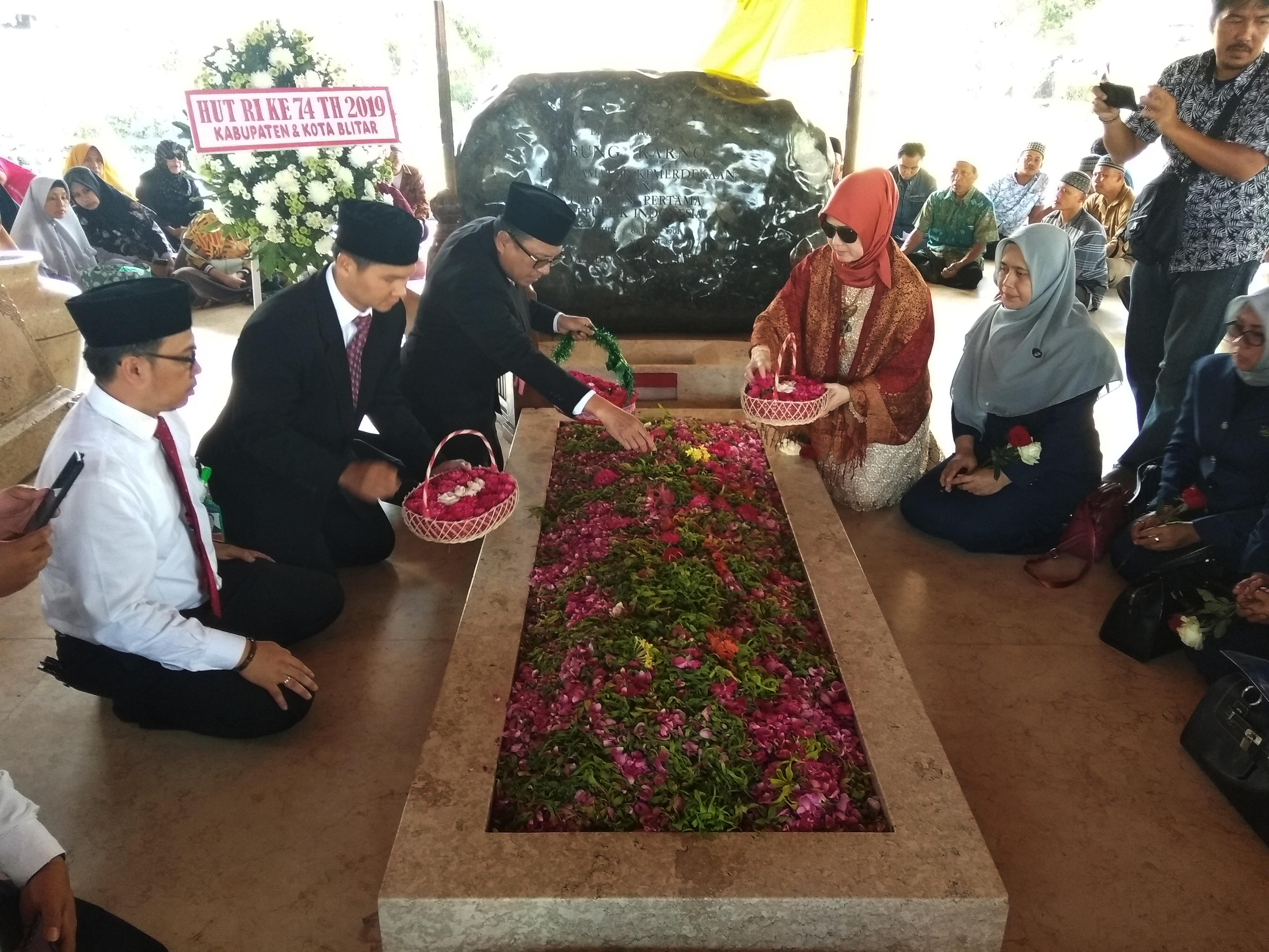 Kepala Bank Indonesia Kediri Musni Hardi saat menaburkan bunga di makam Sang Proklamator. (eko Arif s /JatimTimes)