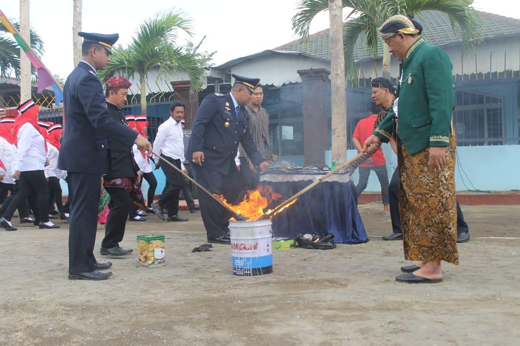 Kalapas Tulungagung, Erry Taruna (baju hijau) saat memusnahkan puluhan HP di nhadapan warga binaan dengan cara dibakar (foto : Joko Pramono/ Jatim Times)