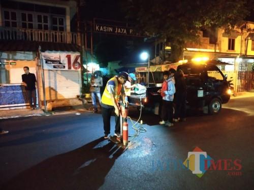 Pengujian kelayakan aspal yang dilakukan DPUPR Kota Malang (DPUPR)