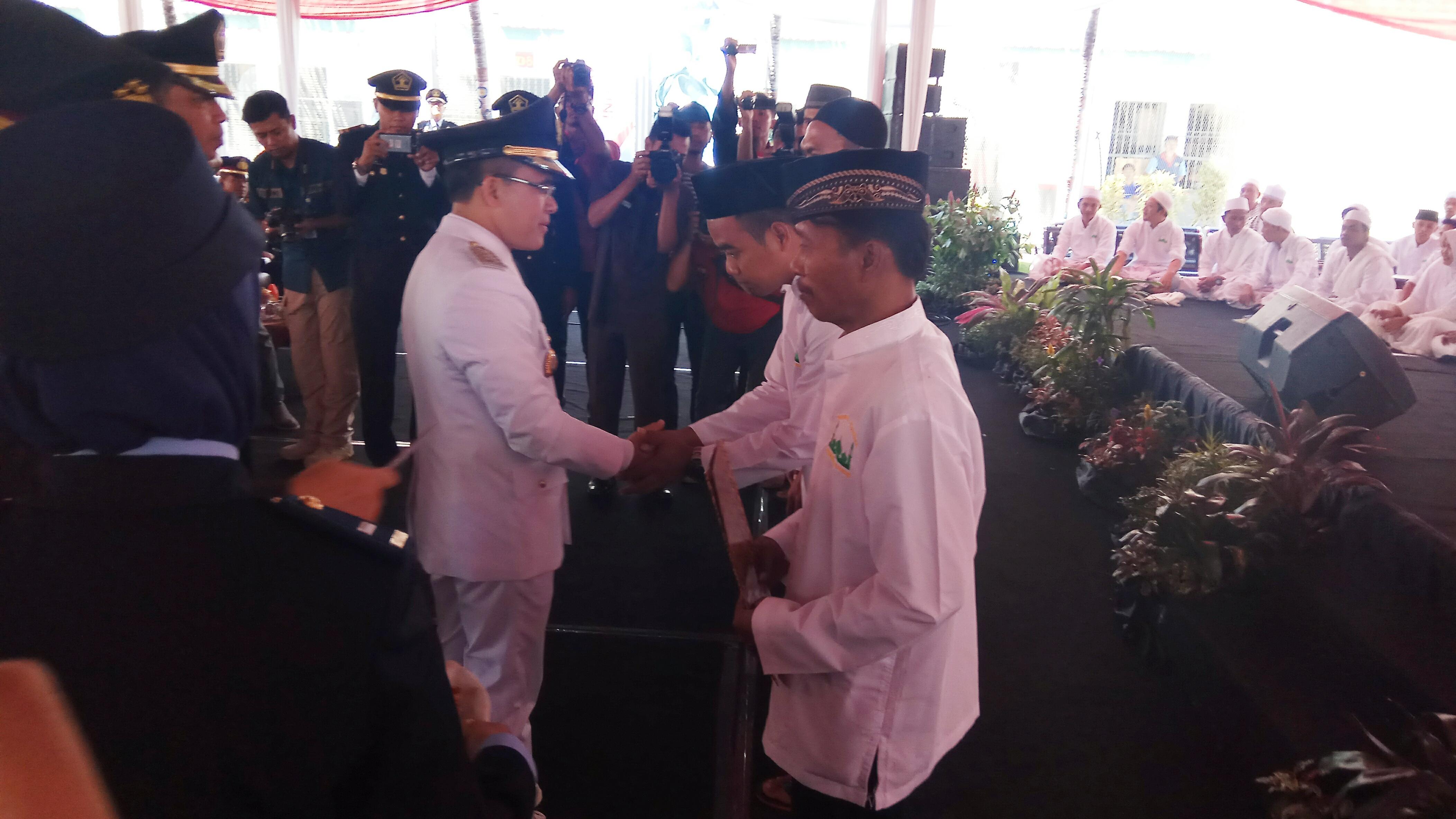 Bupati Banyuwangi menyerahkan Remisi kepada perwakilan Warga Binaan