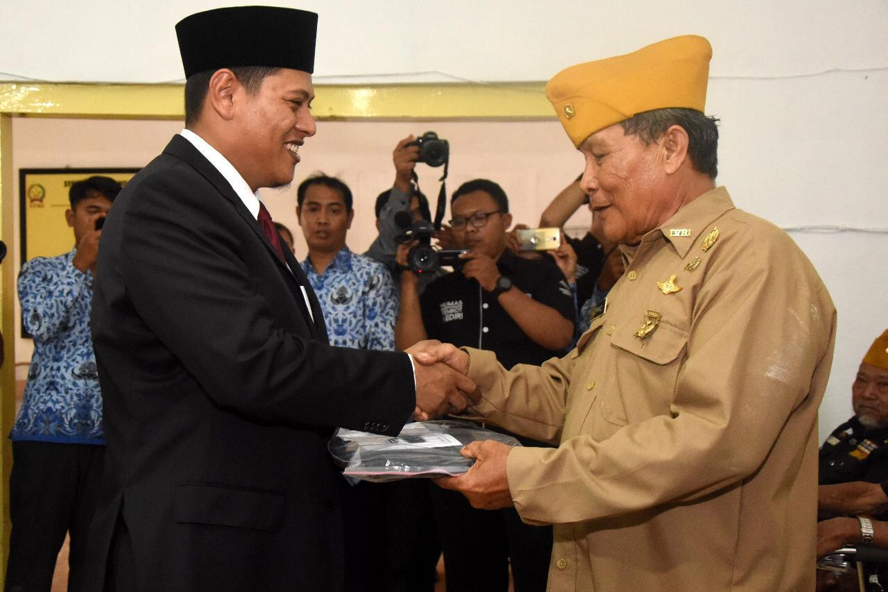 Walikota Kediri Abdullah Abu Bakar saat memberikan tali asih kepada para veteran. (eko Arif s /JatimTimes)