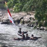 Ajak Peduli Mata Air, Warga Kibarkan Merah Putih di Tengah Aliran Sungai Amprong
