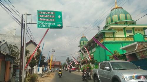 Petunjuk arah menuju Gunung Semeru yang berada di Kecamatan Tumpang, Kabupaten Malang. (Foto: Nurlayla Ratri/MalangTIMES)
