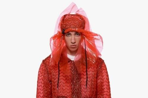 Salah satu brand milik Caig Green,bucket hat berwarna merah. (Foto: istimewa)