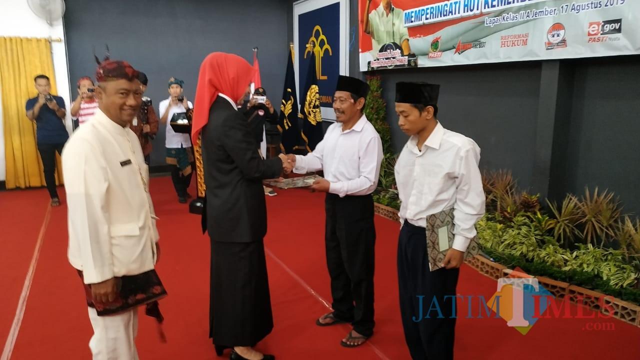 Bupati Jember dr. Hj. Faida MMR saat menyerahkan surat remisi kepada napi lapas kelas II A Jember (foto : Moh. Ali Makrus / JatimTIMES)