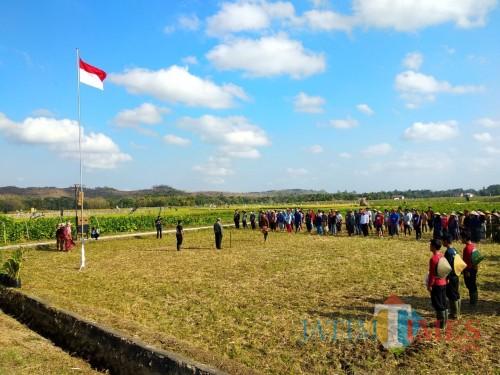 Petani di Dusun Precet, Desa Plumpungrejo, Kecamatan Kademangan upacara di tengah persawahan.(Foto : Malik Naharul/BlitarTIMES)