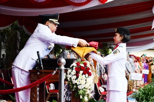Bupati Tulungagng, Maryoto Birowo saat menyerahkan bendera pada pembawa baki bendera PAskibraka. (dok Humas)