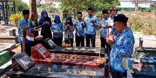 Suasana saat para pegawai UPT PPU melakukan doa bersama dan tabur bunga (UPT PPU for MalangTIMES)
