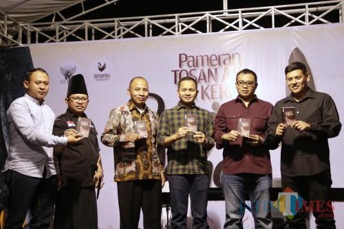 Wali Kota Kediri Abdullah Abu Bakar (kanan) Buka Pameran Keris, Sekaligus Melaunching Buku Saku Keris. (Foto: Bambang Setioko/ JatimTIMES)