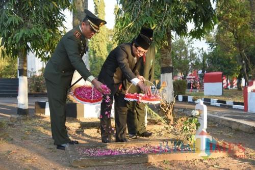 Wakil Bupati Jember Drs. KH. Abdul Muqit Arief bersama dengan Dandim 0824 saat acara tabur bunga (foto : Izza / JatimTIMES)