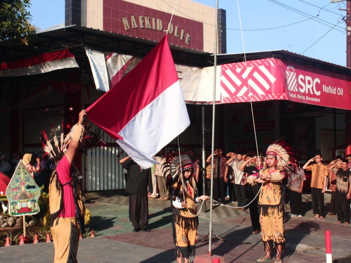 Upacara bendera bertema Bhinneka Tunggal Ika yang digelar warga Bendosewu.(Foto : Aunur Rofiq/BlitarTIMES)