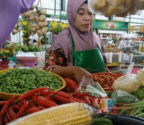 Penjual sayuran di berbagai pasar daerah harus juga mengurangi jualan cabainya dengan harga yang masih saja tinggi mencapai Rp 80 ribu (dok MalangTIMES)