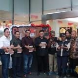 Wali Kota Kediri Abdullah Abu Bakar didampingi Forkopimda Kota Kediri berfoto bersama dengan perupa Kediri. (Foto: Bambang Setioko/JatimTIMES)