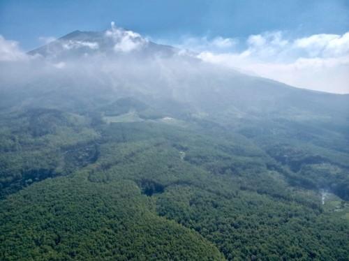 Pemandangan Gunung Arjuna dari atas.