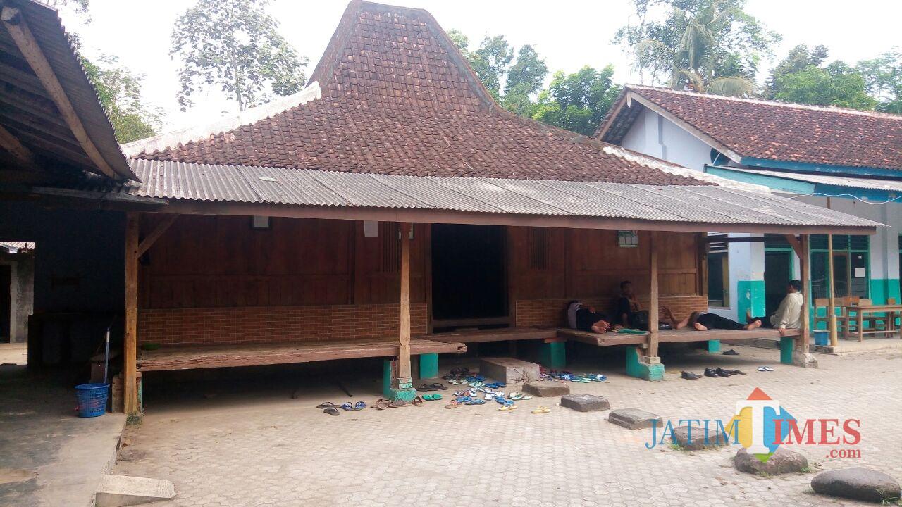 Pondok berbentuk angkringan di Ponpes Nurul Huda yang masih kokoh berdiri.(Foto : Aunur Rofiq/BlitarTIMES)