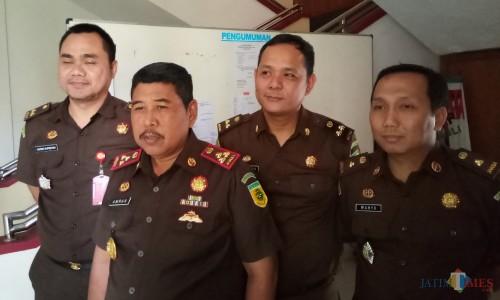 Kajari Kota Malang Amran Lakoni (dua dari kiri) didampingi para kasi. (Anggara Sudiongko/MalangTIMES)