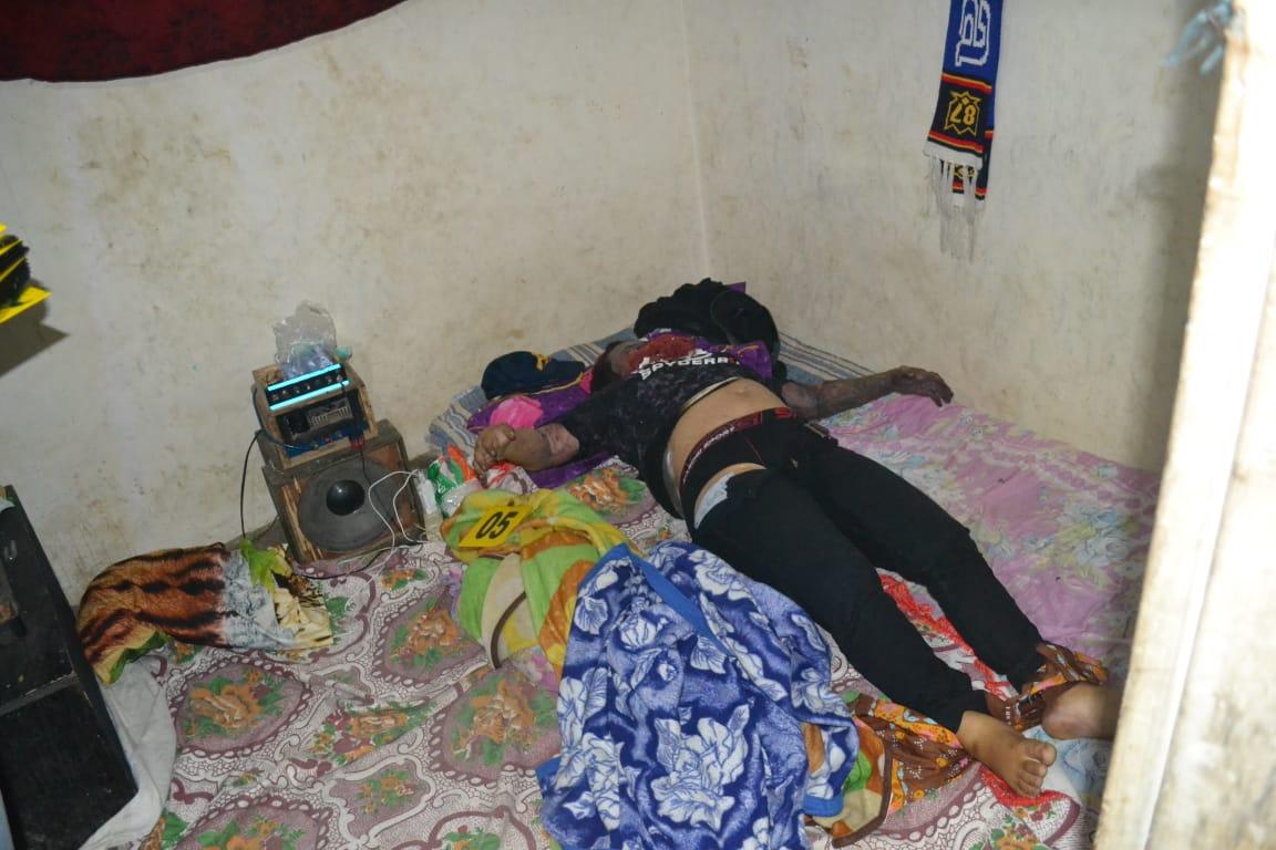 Jenazah Reyza Nuraini sesaat sebelum dievakuasi ke kamar mayat (Foto : Humas Polres Malang for MalangTIMES)