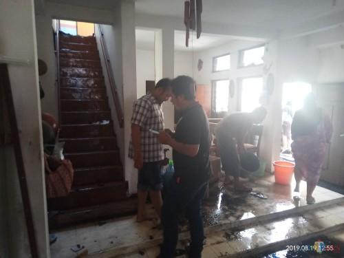 Pemilik rumah yang tengah membersihkan puing-puing sisa kebarakan (Anggara Sudiongko/MalangTIMES)