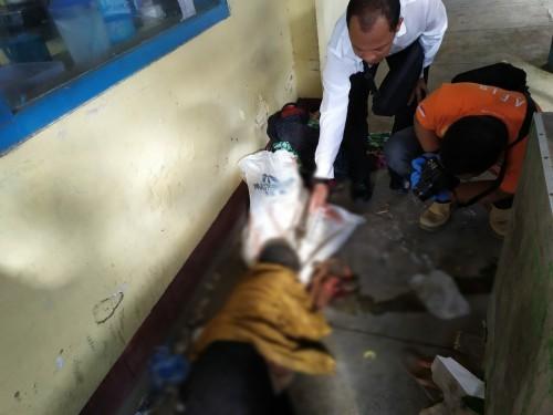 Petugas saat lakukan evakuasi pada mayat yang ditemukan di Ngemplak (Foto  Dokpol / TulungagungTIMES)