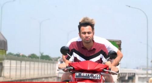 Raffi Ahmad dan Billy Saputra saat berboncengan tanpa kenakan helm di jalan raya dalam tayangan Billy and Friends (youtube).