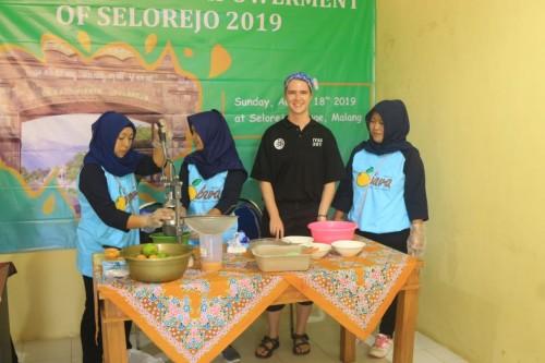 Pengolahan jeruk oleh petani Selorejo dan mahasiswa asing. (Foto: istimewa)