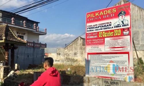 Pengumuman jadwal pilkades di Desa Beji. (Foto: Irsya Richa/MalangTIMES)