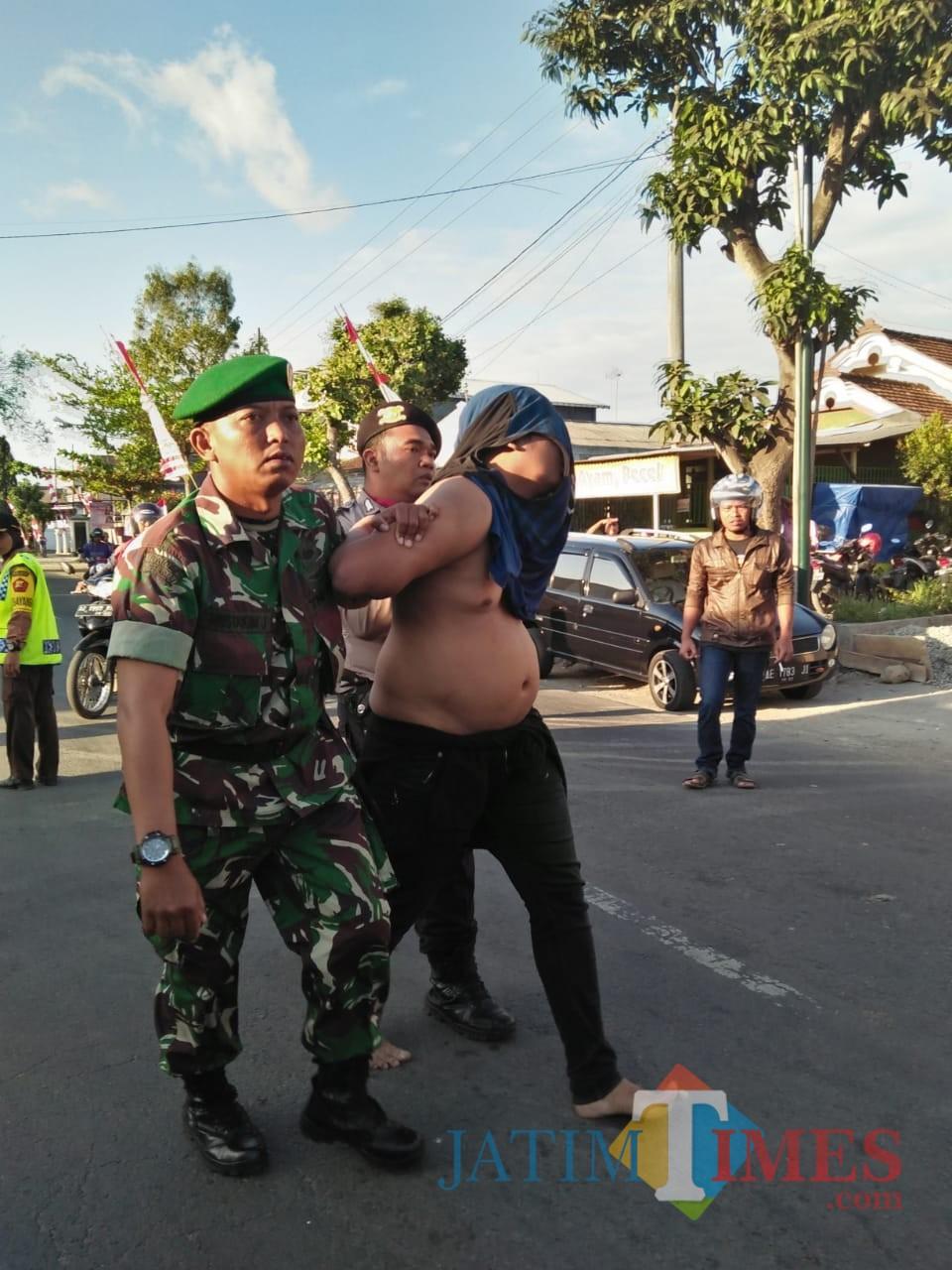 salah satu pemuda mabuk yang menerobos diamankan oleh pihak berwajib (ist)