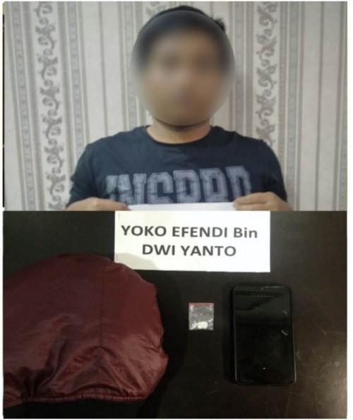 Tersangka Yoko Efendi beserta barang bukti sabu-sabu saat diamankan polisi. (Foto : Humas Polres Malang for MalangTIMES)