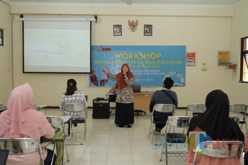 Workshop on Article Writing for Journal Publication: Theory and Practice di Unikama yang diikuti 65 calon wisudawan Prodi Pendidikan B.Inggris (Unikama for MalangTIMES)