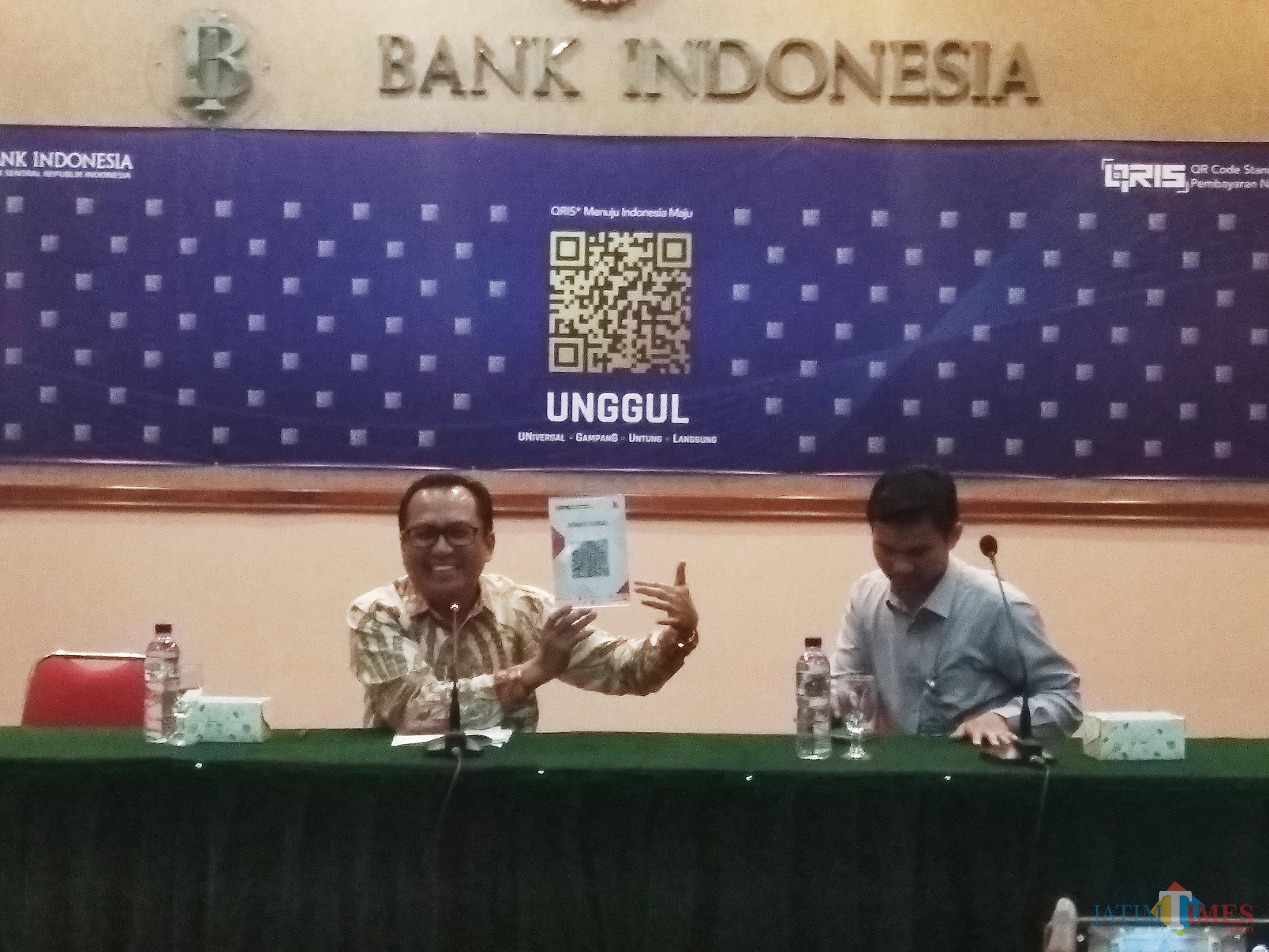 Kepala Bank Indonesia Kediri Musni Hardi (kiri) saat menggelar press rilis. (eko Arif s /JatimTimes)