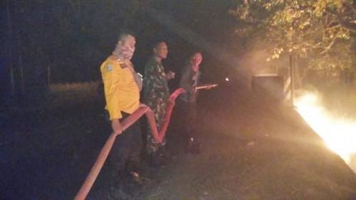 Petugas bergotong-royong memadamkan kobaran api Blok Bitakol Hutan Taman Nasional Baluran.