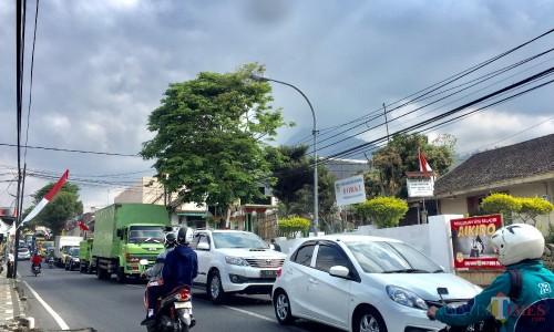 Kemacetan terjadi di Jalan Abdul Gani, Keurahan Ngaglik, Kecamatan Batu. (Foto: Irsya Richa/MalangTIMES)