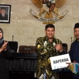 Wali Kota Kediri Abdullah Abu Bakar bersama Ketua DPRD Kota Kediri Kholifi Yunon saat rapat paripurna. (eko Arif s /JatimTimes)