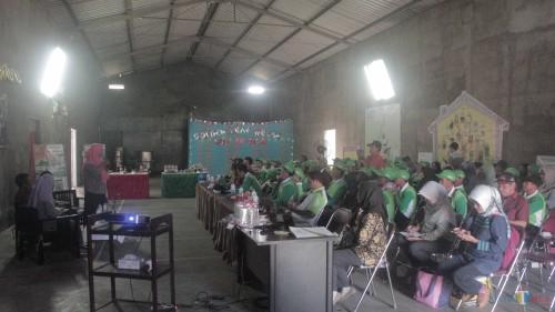 Para petani tembakau Kabupaten Blitar mendapat paparan dari PTPN X dalam kunjungan lapang ke Jember.(Foto : Aunur Rofiq/BlitarTIMES)