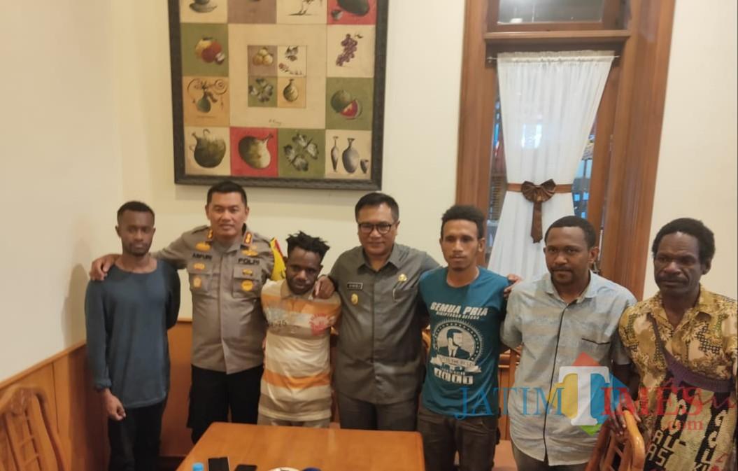 Suasana pertemuan antara Kapolres Malang Kota AKBP Asfuri (dua dari kiri) dan Wakil Wali Kota Malang Sofyan Edi Jarwoko (berkacamata) bersama perwakilan mahasiswa Papua. (Arifina Cahyanti Firdausi/MalangTIMES)