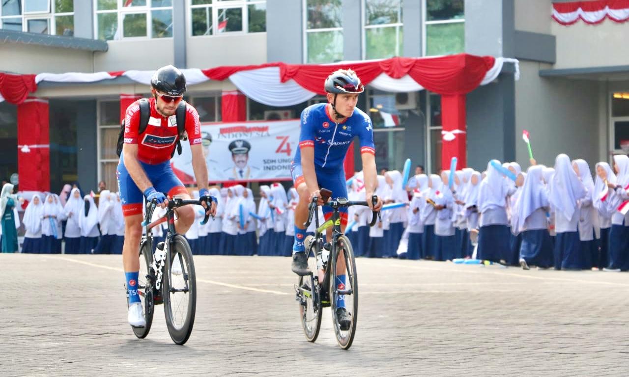 Pesertabalap sepeda Tour d'Indonesia (TdI) 2019 disambut pelajar Kota Batu saat di Balai Kota Among Tani,Selasa (20/8/2019).