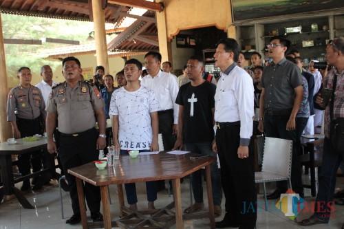 Sejumlah mahasiswa asal Papua saat menyanyikan lagu Indonesia Raya di acara silahturahmi Forkopimda Jombang dengan Mahasiswa Papua Yang belajar di kota santri. (Foto : Adi Rosul / JombangTIMES)