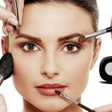 Penggunaan make up dengan kuas di wajah. (foto: istimewa)