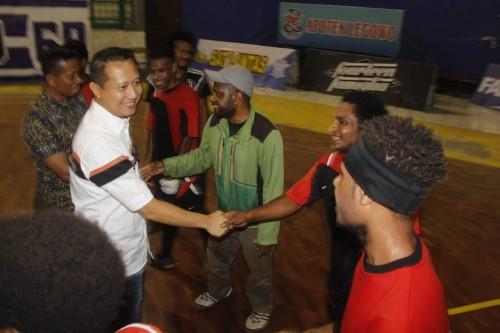 Kapolres Jember AKBP. Kusworo Wibowo bersama dengan Dandim 0824 Jember Letkol. Inf. La Ode M Nurdin menyalami pemain Tim Cinderawasih sebelum pertandingan (foto : Istimewa / JatimTIMES)