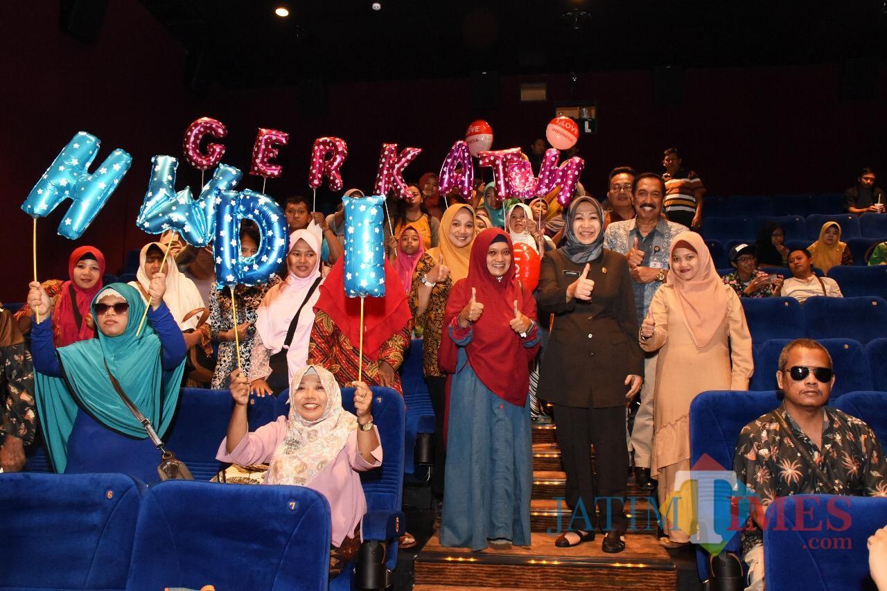 Wakil Wali Kota Kediri Lilik Muhibbah bersama penyandang disabilitas usai nobar (eko Arif s /JatimTimes)