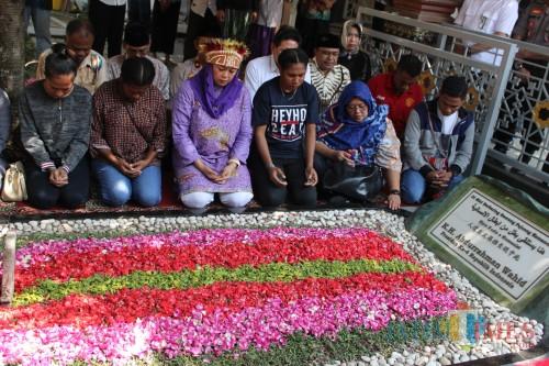Mengenakan baju warna ungu dan mengenakan rumbai Papua, Yenny Wahid  dengan didampingi para mahasiswa Papua menggelar doa bersama di pusara makam Gus Dur. (Foto : Adi Rosul / JombangTIMES)