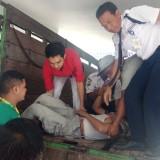 Korban dibawa dengan truk ke ruang IGD RSUD Blambangan.