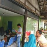 Petugas tempel larangan buka bagi Money Changer yang tak Berizin / Foto : Dokpol / Tulungagung TIMES