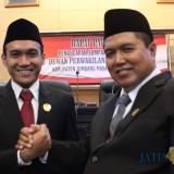 Andik Basuki Rahmat (kanan) dan Rahmat Agung Saputra bersalaman saat seusai dilantik menjadi anggota DPRD Kabupaten Jombang periode 2019-2024. (Foto : Adi Rosul / JombangTIMES)