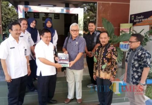Sekretaris Disnaker Kabupaten Malang Eko Darmawan (2 dari kiri) bersama jajarannya dan Kepala Disnakertrans Sarolangun, Jambi (Nana)