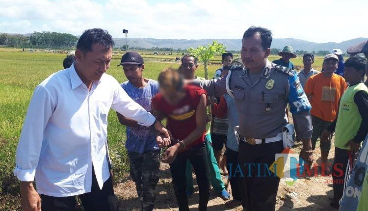 Saat dibawa petugas Polsek Kalidawir / Foto : Dokpol / Tulungagung TIMES